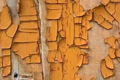 木表面上的橙色破裂的绘画 免版税库存照片