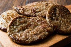 木表面上的水多的汉堡包小馅饼 库存图片