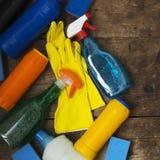 木表面上的清洁产品 议院清洁概念 顶视图 从上 库存图片
