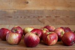 木表面上的红色苹果谎言 库存图片