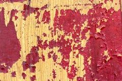 木表面上的红色破裂的绘画 免版税库存照片