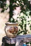 木表面上的缸 免版税库存照片
