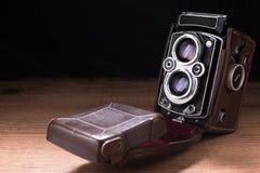 木表面上的老照相机照片 免版税库存照片