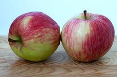 木表面上的苹果 库存照片