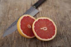 木表面上的葡萄柚 库存照片
