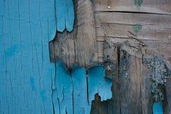木表面上的蓝色破裂的绘画 库存照片