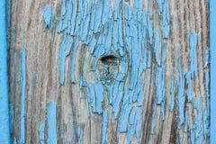 木表面上的蓝色破裂的绘画 图库摄影