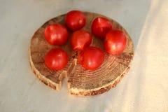 木表面上的蕃茄 免版税库存图片