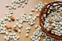 木表面上的豆 免版税图库摄影