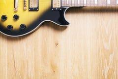 木表面上的水平的吉他 库存照片