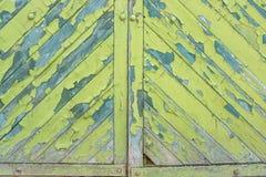 木表面上的绿色破裂的绘画 免版税库存照片