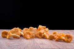 木表面上的黄蘑菇蘑菇 免版税库存图片