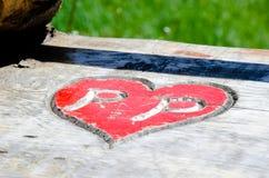 木表面上雕刻的心脏 免版税库存照片