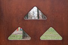 木表面的纹理与孔的在三角形状 免版税库存图片