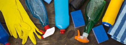 木表面,顶上的看法上的清洁产品 从上 免版税库存图片