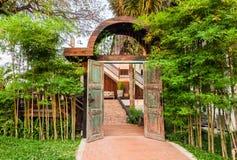 木被成拱形的入口 库存照片