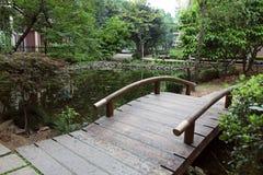 木被成拱形的桥梁 免版税库存图片