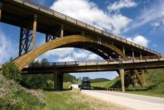 木被成拱形的黑色桥梁达可它的小山&# 库存图片