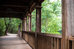 木被操刀的桥梁和遥远的路 库存图片