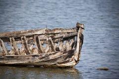 木被放弃的小船 库存图片