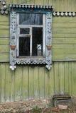 木被放弃的房子在俄国村庄 库存照片