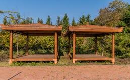 木被盖的野餐亭子 免版税库存图片