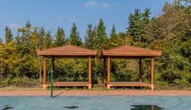 木被盖的野餐亭子 图库摄影