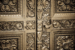 木被雕刻的门 免版税库存图片