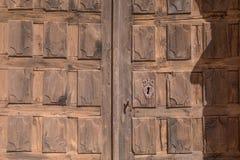 木装饰的古老门的样式与锁的 库存照片