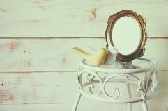 木装饰鸟古色古香的空白的葡萄酒样式框架和夫妇在葡萄酒桌上的 模板,准备投入摄影 葡萄酒 免版税图库摄影