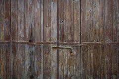 木褐色年迈的门、生锈的门闩和挂锁 关闭,细节 免版税库存图片