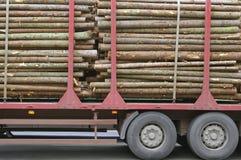 木记录的日志的拖车 免版税库存照片
