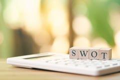 木词在一个白色计算器安置的苦读者作为背景企业概念和战略概念与拷贝空间 免版税图库摄影
