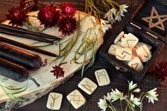 木诗歌和黑蜡烛在巫婆桌上 免版税库存图片