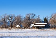木谷仓范围老的大草原 库存照片