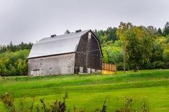 木谷仓在一个雨天 库存照片