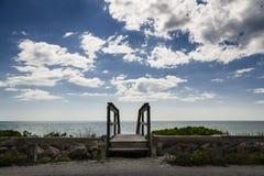 木走道、海滩&天空 图库摄影