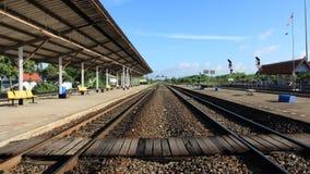 木走道十字架在火车站的一条铁路轨道 免版税库存图片