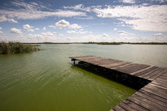 木跳船在一个晴天 免版税库存图片