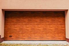 木车库门 在新的大厦的现代车库 库存图片
