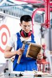 木车间工作的亚裔木匠 免版税库存图片
