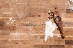 木运转的书桌在厨房里 免版税库存照片