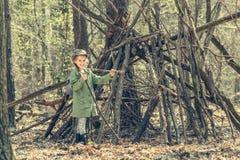 木近的小屋的小女孩 库存照片