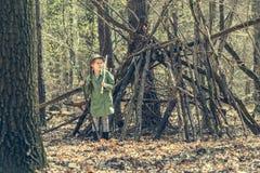 木近的小屋的小女孩 免版税库存照片