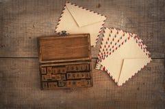 木邮票字母表和葡萄酒信封 库存照片