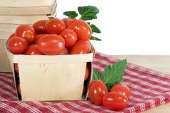 木配件箱的蕃茄 库存照片