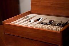木配件箱的餐具 免版税库存图片