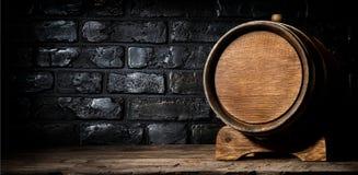 木酒桶和砖 免版税库存图片