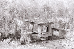 木野餐桌和长凳 免版税库存照片