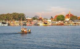 木钓鱼的工艺小船的钓鱼人驾驶小船到地方钓鱼的码头在轰隆Saray,美好的田园诗钓鱼 库存图片